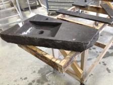 belgisch hardsteen licht gezoet wastafel met gekloofde kant